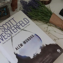 https://ahistoryofcrows.wordpress.com/2017/02/19/alem-mundos-scott-westerfeld/